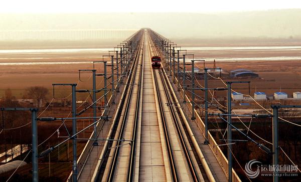 近日,轨道车在对大西铁路客运专线晋陕黄河特大桥进行检测。 由中铁上海工程局大西指挥部施工的晋陕黄河特大桥,为全线三隧一桥重点控制工程之一,全长9.98公里,2010年3月正式开工,经过建设者近4年的精心组织、科学施工,胜利完成大桥建设任务,目前进入轨道车检测程序。张华先 摄