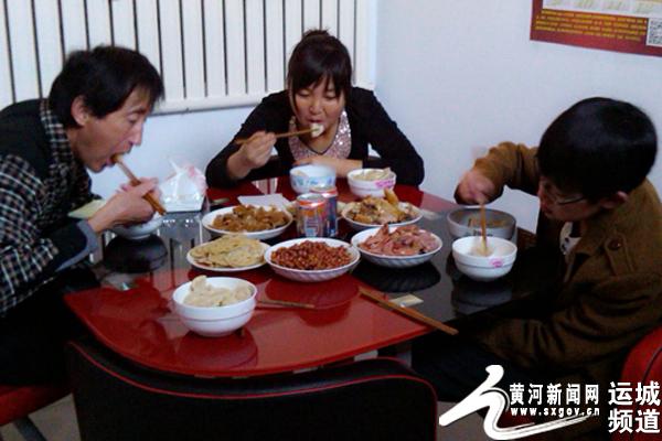 一家人津津有味的吃着