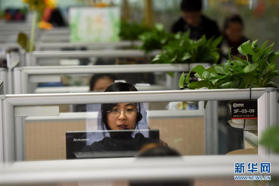 11月11日,在位于安徽合肥的顺丰速运合肥呼叫中心,客服人员在接受客户图片
