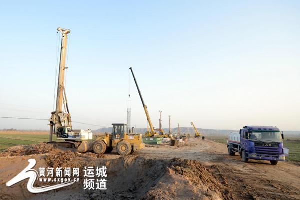 2月29日,蒙华铁路河津段建设工地上一派繁忙景象.-蒙华铁路建设进图片