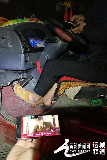 穿着拖鞋开大车 途中还在追剧|